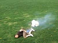 馬鹿外人wwwエアバッグで遊ぶ43連発。お尻の下で爆発。イタズラ爆発。