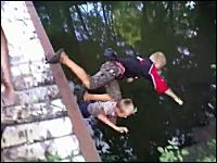 橋の上で悪ふざけをしていた少年二人が落下してしまうハプニング。ロシア