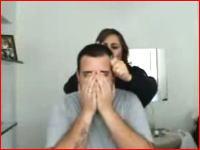 痛い痛い動画 強力なテープで髪の毛を一気に抜いてみた 頭髪はあかんだろw