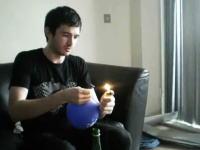 部屋ん中で火遊びすんなwwwライターガスを貯めた風船がばーん!爆発