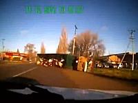 珍しいドラレコ事故。対向車と接触して横転したトラックから大量の●●がっ!