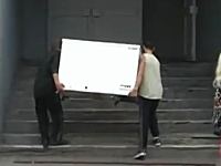 荷物運びで白い方がフラフラだと思ったら・・・。階段で冷蔵庫がOMGな事に。