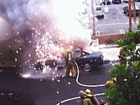 目の前で車が爆発しても動じない消防士さん。ビデオが捉えた衝撃映像