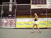 街で見かけたミニスカギャルに車の中から水鉄砲を撃つ悪質な嫌がらせ動画