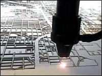 ボードを物凄い勢いで切り取って地図を描くレーザーマップマシーンが面白い
