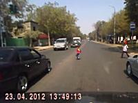 道路に飛び出した子供がギリギリ危ないビデオ。+おばあちゃんも危ない。