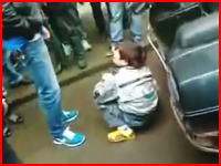 中国動画。複数の大人が路上で一人の子供を暴行している映像。何があった