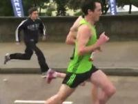 マラソンランナーに並走する観客に起きた漫画のようなハプニング。ワロタw