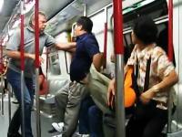 酔っ払いの中国人vs欧米人 香港の地下鉄の車両内で戦いが勃発
