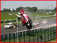 これは危険な二重事故!フェラーリがぶっ飛び炎上、ドライバーは車の中!
