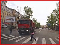 トラックの目の前を横断しようとした老人が轢かれてしまう。死角の危険性。