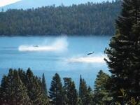奇跡のリカバリー。湖面に墜落したかのように見えたヘリコプターがっ!