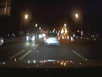 前方不注意か。道路工事のパネル車に猛スピードで突っ込んだクルマ・・・。