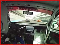 恐ろしいクラッシュ映像。急に現れたコース上で停止する車に衝突⇒出火!