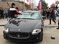 ディーラーの対応に怒り爆発の中国人が42万ドルのマセラティを破壊。動画