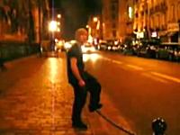 街頭のフェンスロープで遊ぶ外人のバランス感覚がすげえ動画。サーカスかw