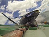 サーフボート漕ぎレースで危険なクラッシュ映像。ボートがボートの上に。