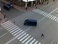 ひき殺す気マンマンなモロッコの警察車両。恐ろしすぎて驚いた(@_@;)