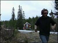 火薬多すぎw小さな小屋をダイナマイトで爆破したら破片がぶっ飛びすぎて・・・。