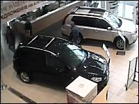 マジキチ。営業中の日産のディーラーに破壊目的で突っ込む車。おそロシア