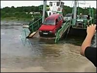 接岸できなかった渡し船から無理に下りようとした車が完全スイボツ(@_@;)