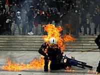 ギリシャでも大規模デモ。火炎瓶を投げつけられた警官が火だるまに。
