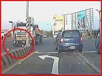 トラックの前を横切ろうとしたスクーターが轢かれてしまい・・・。これは(@_@;)