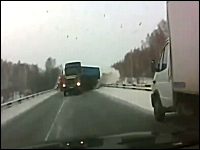 うわあああ(@_@;)大きなトラックがスライドしながら迫ってくるギリギリ動画。