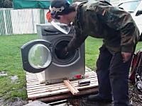 荒ぶる洗濯機リターンズ。洗濯機にレンガをぶち込むと自らの力で分解する