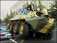 リトアニアの市長が装甲車で違法駐車を破壊!の動画がYouTubeにキテタ!
