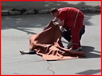 悲惨な死亡事故。自転車の老人が猛スピードで走る車に数十メートル飛ばされる