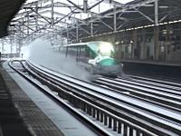 雪ぼこりを巻き上げて猛スピードで通過する東北新幹線はやぶさ。高画質