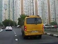 どういう事だよ。異常な揺れ方で走っているバンを発見した動画。壊れそうw