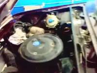 外人「HAHAHAHAHA」エンジンの調子が悪いのでボンネットを開けてみたら