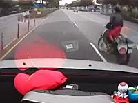 おかしな姿勢でバイクに乗るライダーに後ろから車がどーん!交通事故動画