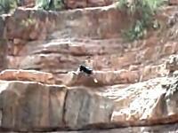 ギリギリセーフ動画 崖飛び込みにビビってしまって危険な事になる少年