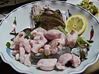 カエルの活け造り。体を分解されてお皿の上でもがくカエルを食べている映像