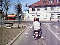 こいつら可愛すぎワロタwww信号停止する度に押し掛けする二人乗りバイク
