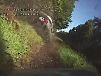 のどかな道路で恐ろしいクラッシュ映像。2台オーバーテイクは危険ですね。