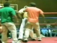 海外のボクシング怖すぎw勝ったと思ったらリングに乱入してきた観客にボコられたw