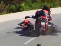 峠を攻めていたバイクが転倒!後続も避けきれずにクラッシュ!