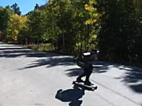 カメラの前を駆け抜けるのは130km/hですっ飛ぶスケートボード!はえええ!