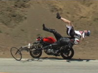 魔のカーブでバイクがサイクリング中の自転車2台に突っ込んでしまう瞬間。