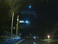 20日深夜、関東で空から降ってきた物体が空中で爆発。その瞬間の映像。