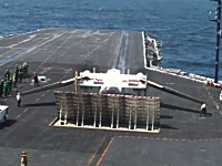 グングン動画。空母の甲板で変形してカタパルトで飛び立つC-2A艦上輸送機