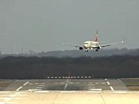 凄い角度で離着陸する飛行機たちを撮影したビデオ。強横風着陸2012年版