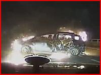 高速道路で大惨事。クラッシュ&炎上。中には女性が取り残されている・・・。