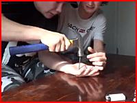 マジキチ。自分の手のひらに釘を打ちつけて貫通させビデオに撮ってうp