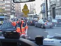 救急車の車窓から。サイレンを鳴らして走る救急車の車載動画。