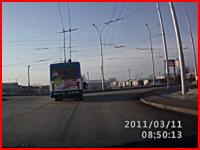 居眠り運転。ノーブレーキで前のバスに突っ込む瞬間のドライブレコーダー